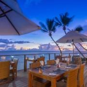 Restaurantterrasse am Abend im 5-Sterne Hotel Coco de Mer & Black Parrot Suites auf der Insel Praslin, Seychellen.