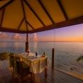 Tisch auf Terrasse im Sonnenuntergang im 5-Sterne Hotel Coco de Mer & Black Parrot Suites auf der Insel Praslin, Seychellen.