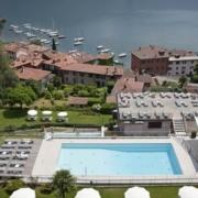 Blick vom Berg auf den Pool und das 4-Sterne Hotel Belvedere am Comersee.
