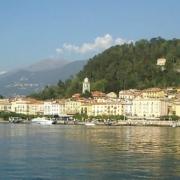 Blick über den Comersee auf den Ort Bellagio.