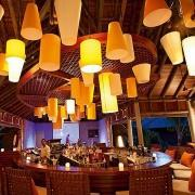 Bar im 5-Sterne Resorts Constance Ephélia in Mahe, Seychellen am Abend..