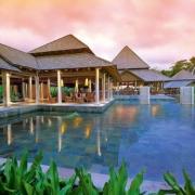 Blick ueber den Poolauf das Restaurant im 5-Sterne Resorts Constance Ephélia in Mahe, Seychellen.
