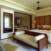 Juniorsuite im 5-Sterne Resorts Constance Ephélia in Mahe, Seychellen. Doppelzimmer, Minibar, Blick ins Badezimmer mit Badewanne.