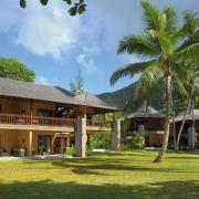 Blick aus dem Garten auf die Wohngebaeude im 5-Sterne Resorts Constance Ephélia in Mahe, Seychellen.