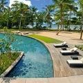 Pool mit Liegen im 5-Sterne Resorts Constance Ephélia in Mahe, Seychellen.
