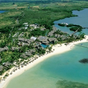 Luftaufnahme vom Strand und der Hotelanlage im 6-Sterne Constance Le Prince Maurice.