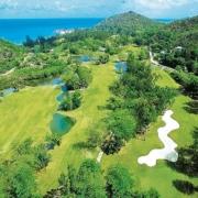 Luftaufnahme des Golfplatzes im 5-Sterne Constance Lémuria Resort auf der Insel Praslin.