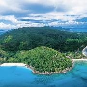 Luftaufnahme der Insel Praslin auf den Seychellen.