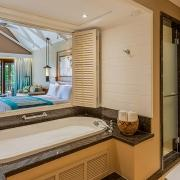 Blick vom Bad in die Junior Suite im 5-Sterne Constance Lémuria Resort auf der Insel Praslin.