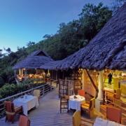 Der Blick in das Restaurant The Legend im 5-Sterne Constance Lémuria Resort auf der Insel Praslin