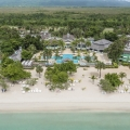 Luftaufnahme auf den Strand und die Anlage des 4-Sterne Couples Negril Hotels auf Jamaica.