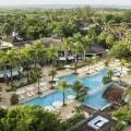 Aufnahme von oben auf den Pool und die Gebaeude im 4-Sterne Hotel Couples Negril auf Jamaica.