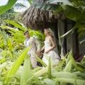 Hochzeitspaar geht zur Trauung im 4-Sterne Couples Negril auf Jamaica.