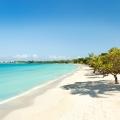 Strand mit weissem Sand und tuerkiesfarbenem Wasser im 4-Sterne Couples Negril auf Jamaica.