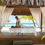 Massage im Spa-Pavillion mit Blick auf das Meer im 4-Sterne Couples Negril auf Jamaica.