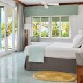 Innenansicht eines De Luxe Zimmers mit Doppelbett und Meerblick im 4-Sterne Couples Negril auf Jamaica.
