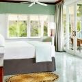 Innenansicht eines De Luxe Zimmers mit Meerblick im 4-Sterne Couples Negril auf Jamaica.