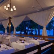 Restaurant am Abend mit romantischer Beleuchtung im 4-Sterne Couples Negril auf Jamaica.