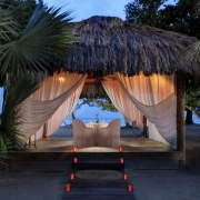 Privates Abendessen im beleuchteten Pavillion am Strand im 4-Sterne Couples Negril auf Jamaica.