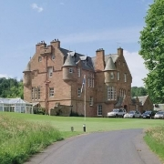 Aussenansicht des 4-Sterne Cringletie House Hotels in Peebles Schottland.