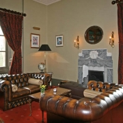 Kaminzimmer im 4-Sterne Cringletie House Hotel in Peebles Schottland.
