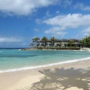 Der Strand mit Blick auf das Hotel vom 4-Sterne Avila Beach Hotel auf Curacao.