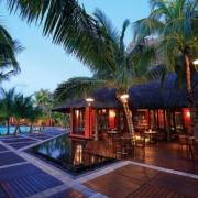 Bar im Abendlicht im 6-Sterne Hotel Dinarobin Beachcomber Golf Resort und Spa auf Mauritius.