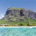 Luftaufnahme vom Meer auf den Le Morne Brabant und das 6-Sterne Hotel Dinarobin Beachcomber Golf Resort und Spa auf Mauritius.