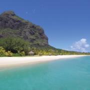 Langer weisser Sandstrand mit dem Le Morne Brabant im Hintergrund am 6-Sterne Hotel Dinarobin Beachcomber Golf Resort und Spa auf Mauritius.