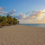 Weitlaeufiger Sandstrand in der Abenddaemmerung im 6-Sterne Hotel Dinarobin Beachcomber Golf Resort und Spa auf Mauritius.