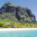 Der Le Morne Brabant auf Mauritius im Hintergrund des 6-Sterne Hotel Dinarobin Beachcomber Golf Resort und Spa.
