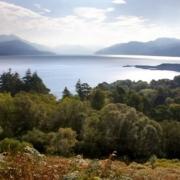 Aussicht auf See und Berge vom 4-Sterne Hotel Duisdale House auf der Isle of Skye in Schottland.