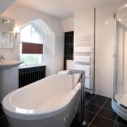Modernes Badezimmer mit freistehender Wanne im 4-Sterne Hotel Duisdale House auf der Isle of Skye in Schottland.