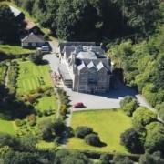 Luftansicht auf das 4-Sterne Hotel Duisdale House auf der Isle of Skye in Schottland.