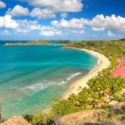 Blick ueber den Strand und die Bucht im 4-Sterne Galley Bay Resort und Spa auf Antigua.