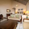 Innenansicht einer Premium Beachfront Suite im 4-Sterne Galley Bay Resort und Spa auf Antigua.