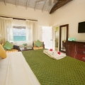 Innenansicht eines Superiorzimmers Beachfront mit Zugang zum Strand im 4-Sterne Galley Bay Resort und Spa auf Antigua.