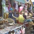 Ein Markt mit bunten touristischen Artikeln auf Antigua.