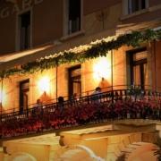 Beleuchtete Terrasse am Abend im 3-Sterne Hotel Gardesana am Gardasee.