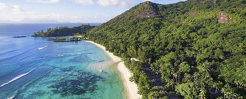 Luftaufnahme des langen Sandstrands im 5-Sterne Hilton Seychelles Labriz Resort & Spa auf der Privatinsel Silhouette Island.