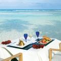 Gedeckter Tisch am Strand im 5-Sterne Hilton Seychelles Labriz Resort & Spa auf der Privatinsel Silhouette Island.