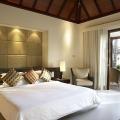 Doppelbett in einer Villa im 5-Sterne Hilton Seychelles Labriz Resort & Spa auf der Privatinsel Silhouette Island.