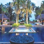 Pool am Abend im 5-Sterne Hilton Seychelles Labriz Resort & Spa auf der Privatinsel Silhouette Island.