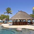 Poolbar im Sonnenschein im 5-Sterne Hotel Hilton Mauritius Resort und Spa.