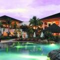 Beleuchteter Pool am Abend im 5-Sterne Hotel Hilton Mauritius Resort und Spa.