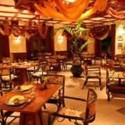 Restaurant am Abend ohne Gäste im 5-Sterne Hotel Hilton Mauritius Resort und Spa.