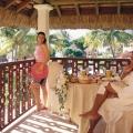 Paar beim Fruehstueck auf dem Balkon im 5-Sterne Hotel Hilton Mauritius Resort und Spa.