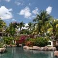 Pool und Garten im Sonnenschein im 5-Sterne Hotel Hilton Mauritius Resort und Spa.