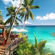 Blick auf die Restaurantterrasse des 5-Sterne Hilton - Northolme Resort & Spa auf den Seychellen.