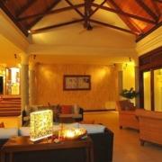 Lobby am Abend im 5-Sterne Hilton - Northolme Resort & Spa auf den Seychellen.